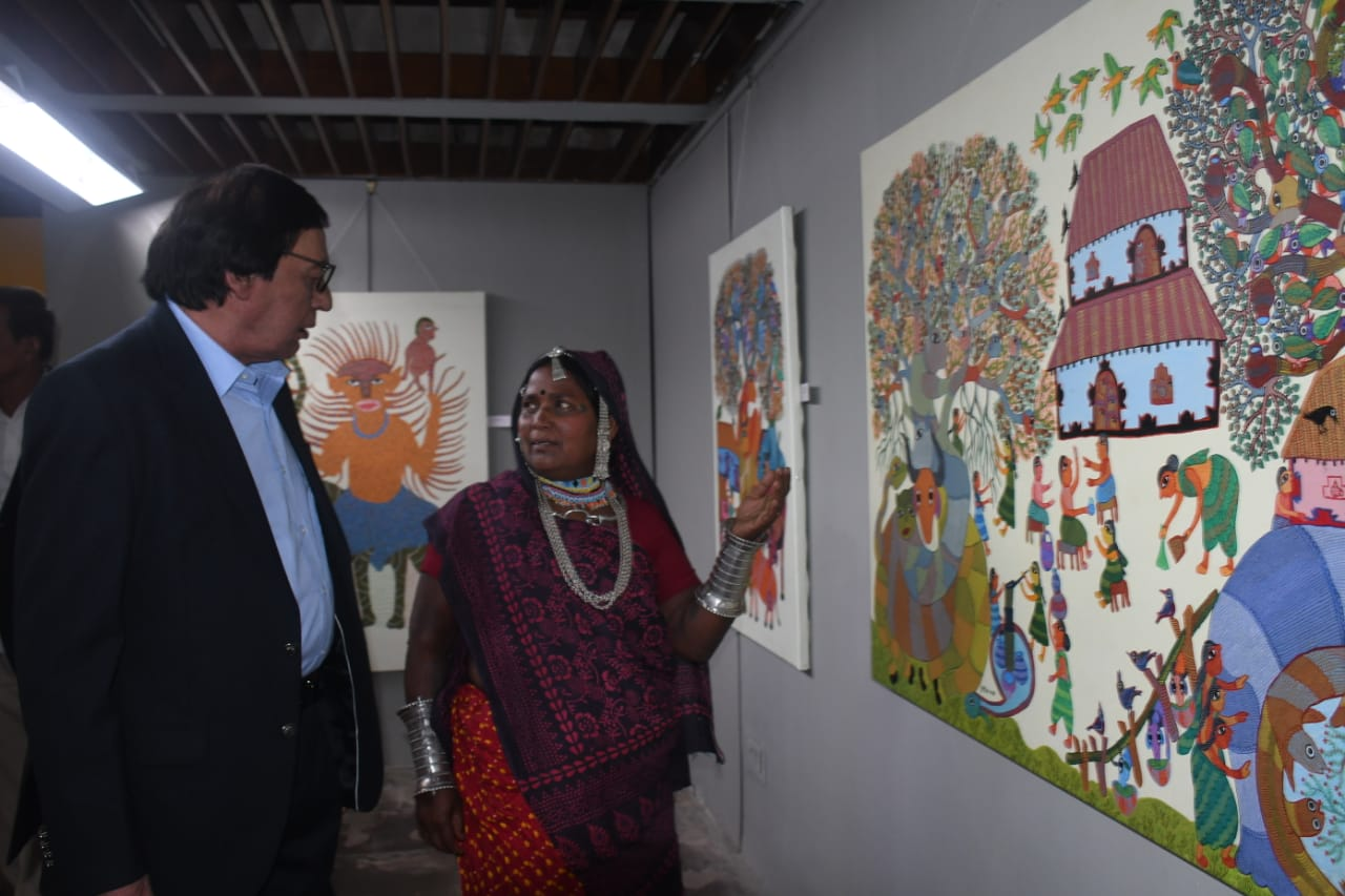 પદ્મશ્રીથી બે કલાકારોનું સન્માન કરાયું. , ડાબે લોક કલા નિષ્ણાત ડો. કપિલ તિવારી, જમણી બાજુ પોતાના પેઇન્ટિંગને બતાવતા ચિત્રકાર ભૂરી બાઇ.