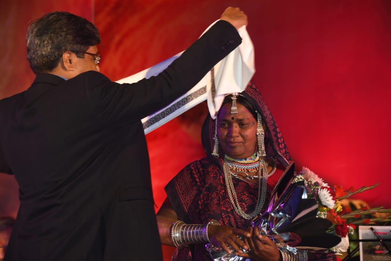 ભુરીબાઈનું સન્માન કરતા સંસ્કૃતિ અને પર્યટન વિભાગના મુખ્ય સચિવ શિવશેખર શુક્લા. ભૂરી બાઇ પિથોરા શૈલીમાં ચિત્રકારી કરે છે.