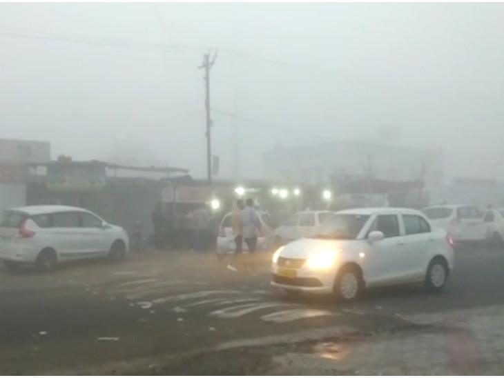 રાજકોટ-સૌરાષ્ટ્રમાં શિમલા-મનાલી જેવા દ્રશ્યો, ગાઢ ધુમ્મસથી વિઝિબિલિટી ઘટતા દિલ્હીની 2 અને મુંબઇની 1 કલાક ફ્લાઇટ મોડી પડી રાજકોટ,Rajkot - Divya Bhaskar