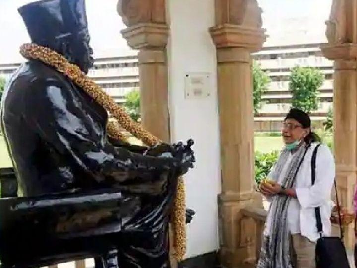 ફોટો ઓક્ટોબર 2019નો છે. મિથુન ચક્રવર્તી નાગપુર સ્થિત સંઘ હેડક્વાર્ટર પહોંચ્યા હતા. તેમણે સંઘ પ્રમુખ સાથે મુલાકાત કરી હતી. (ફાઈલ ફોટો) - Divya Bhaskar