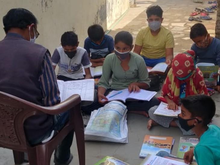 બાળકોના જીવન ઘડતારમાં અભ્યાસને જોડી રાખવાનું કાર્ય એક શિક્ષક જ કરી શકે તેમ છે, જેથી સ્થાનિક શિક્ષકોએ શેરી શિક્ષણની વ્યવસ્થા કરી હતી