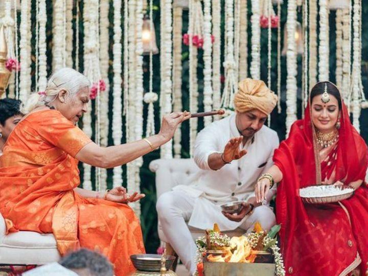 મહિલા પૂજારી શીલા અત્તા પાસે દિયા-વૈભવે લગ્ન કરાવ્યાં, એક્ટ્રેસે લખ્યું- આપણે જેન્ડર ઇક્વાલિટીને પ્રોત્સાહિત કરી શકીએ છીએ તેનો ગર્વ છે|બોલિવૂડ,Bollywood - Divya Bhaskar