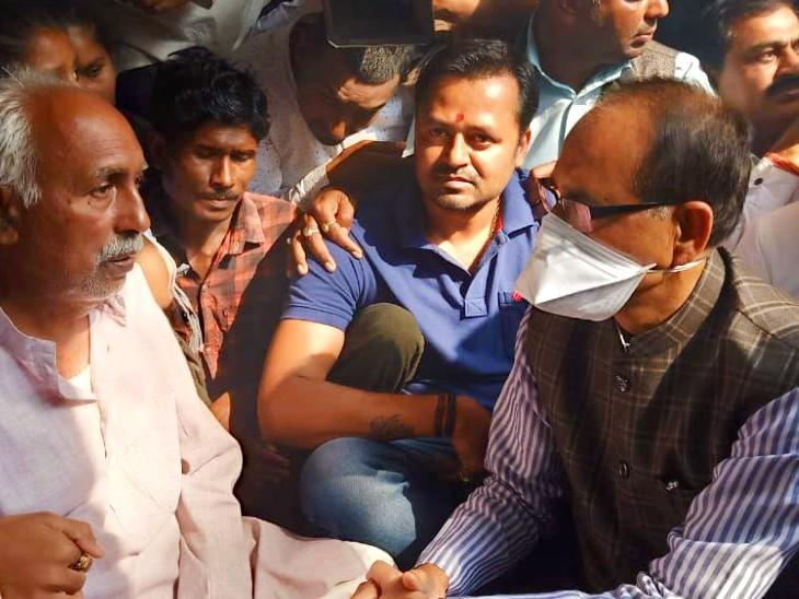 સીધીના રામપુર નૈકિનમાં પીડિત ગુપ્તા પરિવારની મુલાકાત લેવા માટે CM શિવરાજ સિંહ ચૌહાણ પહોંચ્યા
