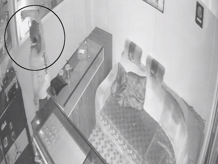 સુરતના અમરોલીમાં જ્વેલર્સની દુકાનમાંથી 5.51 લાખની ચોરી, રોકડ અને દાગીનાની ચોરી CCTVમાં કેદ સુરત,Surat - Divya Bhaskar
