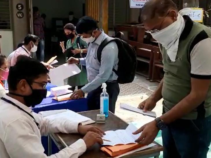 ચૂંટણી અધિકારીએ BJP કાર્યકરને મતદાન સ્થળેથી હટાવી દીધા હતા