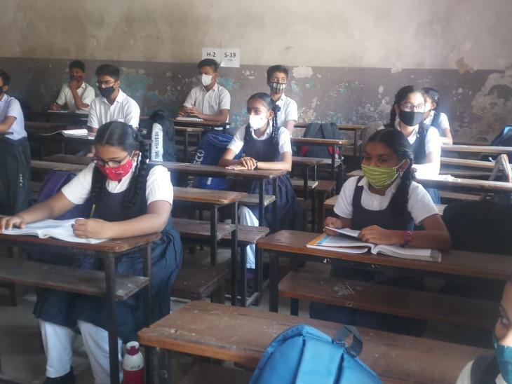 સ્કૂલના સ્ટાફ દ્વારા સેનિટાઇઝ કરીને વિદ્યાર્થીઓને સ્કૂલમાં પ્રવેશ અપાયો હતો