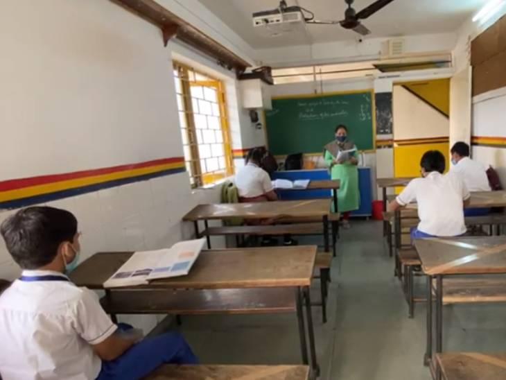 એક વર્ગમાં માત્ર 10 વિદ્યાર્થીને જ બેસાડવામાં આવ્યા.