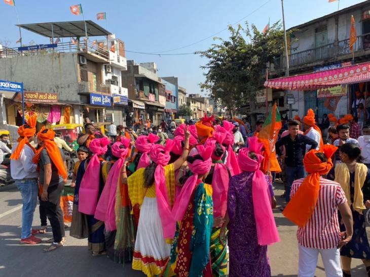 મહિલા કાર્યકરોએ પ્રદેશ પ્રમુખના સ્વાગત માટે સાફો પહેર્યો