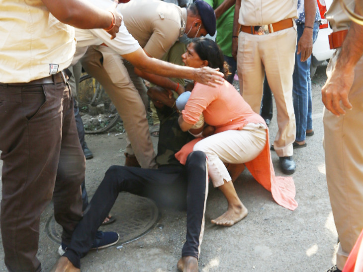 2. પછી મહિલાએ પોલીસને દુર રહેવા જણાવ્યું