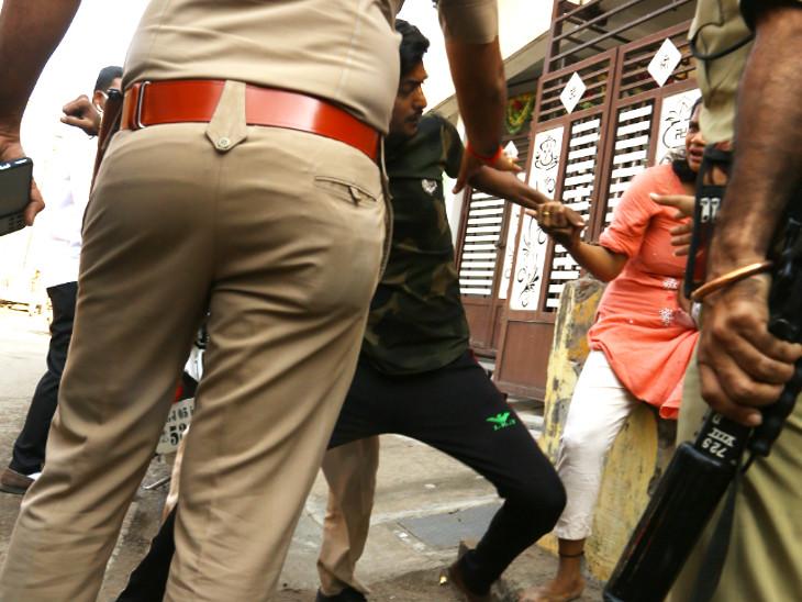 3. પતિને પકડીને જ્યારે પોલીસ લઇ જઇ રહી હતી ત્યારે પત્નીએ જ પોલીસને આજીજી કરી કે મારા પતિને છોડી દો.