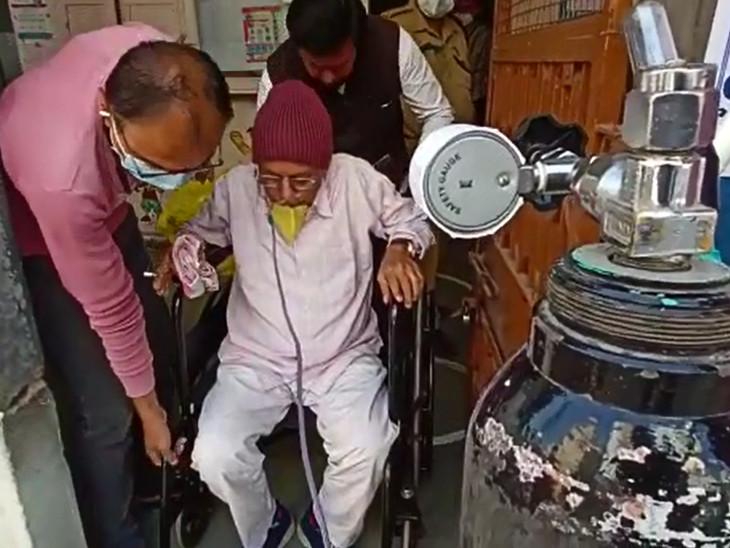 68 વર્ષીય દર્દી દિલીપભાઈ જોષીએ સિલિન્ડર સાથે જઈને પણ મતદાન કર્યું હતું