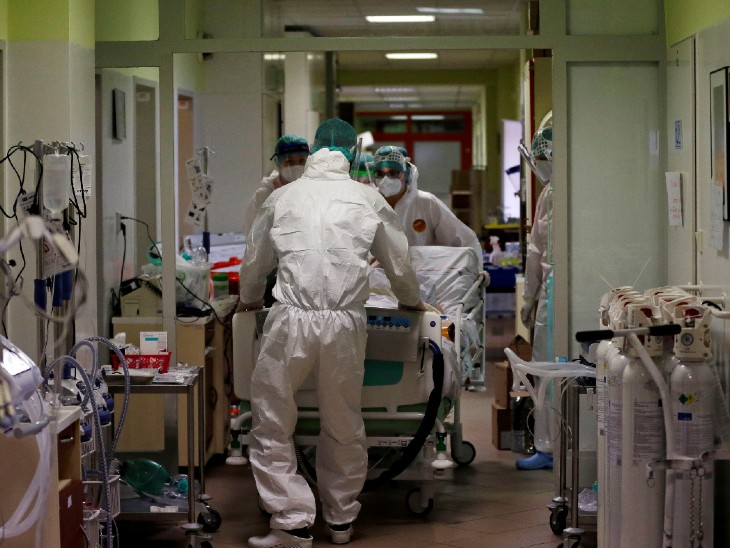 ફોટો ચેક રિપબ્લિકનો છે. અહીં કોરોના હોસ્પિટલમાં ઓપરેશન માટે દર્દીને શિફ્ટ કરી રહ્યા છે. કોરોના દરમિયાન અહીં ફક્ત ગંભીર દર્દીઓનું ઓપરેશન કરવામાં આવી રહ્યું છે.