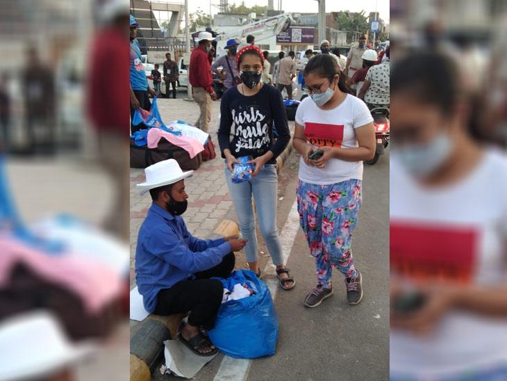 મેચની પૂર્વ તૈયારીના હેતુથી ક્રિકેટ પ્રેમીઓએ ભારતને સપોર્ટ કરવા માટે ટી-શર્ટ ખરીદ્યા