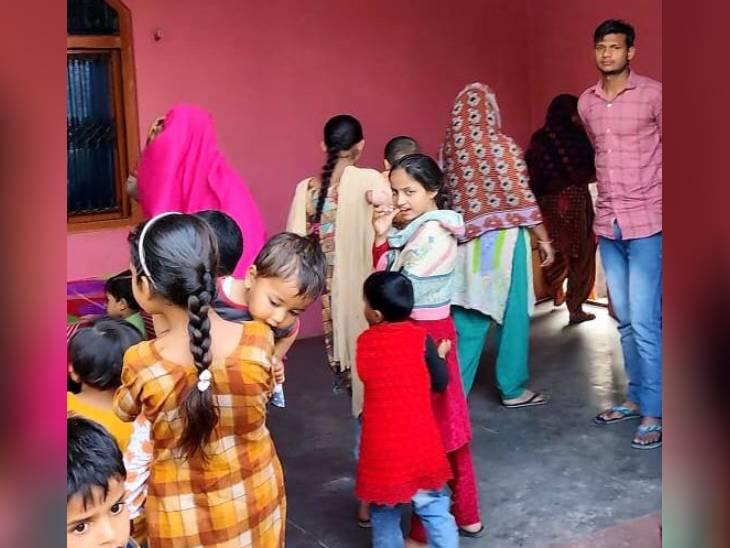 ગામમાં છોકરીઓના શિક્ષણની સ્થિતિ ઘણી ખરાબ છે. કોઈ છોકરી નોકરી માટે ઘરની બહાર નથી નીકળતી. મહિલાઓ કેમેરા જોઈને મોઢું ફેરવી લે છે.