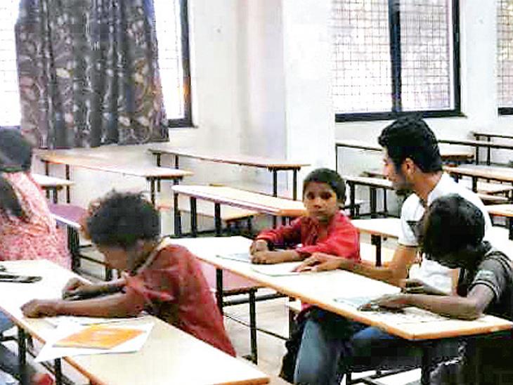 500 વિદ્યાર્થીઓએ અઢી વર્ષમાં 5 લાખથી વધુ ફૂડ પેકેટ જરૂરિયાતમંદ સુધી પહોંચાડ્યા અમદાવાદ,Ahmedabad - Divya Bhaskar