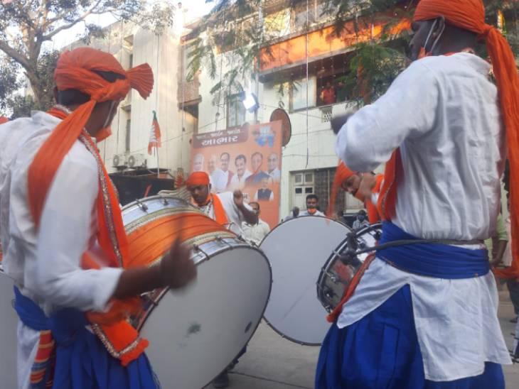 ખાનપુરમાં ભાજપ કાર્યાલય પર ઉજવણી શરુ થઈ
