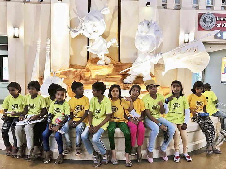 આ બાળકો નોઇડાના સ્લમના જ બાળકો છે. ફિલ્મમાં દરેક દૃશ્યમાં વોઇસ ઓવર અપાયો છે. તેમને અભ્યાસ માટે પ્રોત્સાહન સતત મળે તે માટેવિવિધ પ્રયાસો કરવામાં આવે છે.