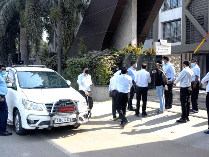 વેસુના હેપી હોમમાં ચાર પોઝિટિવ મળતા શહેરમાં કુલ ક્લસ્ટર 224 થયા, પાલિકા કમિશનરે ક્લસ્ટરની મુલાકાત લીધી સુરત,Surat - Divya Bhaskar
