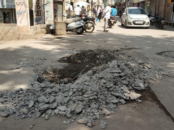 જસદણમાં ગટરની મુસીબત હલ કરવા માટે ખોદેલો ખાડો જોખમી|જસદણ,Jasdan - Divya Bhaskar