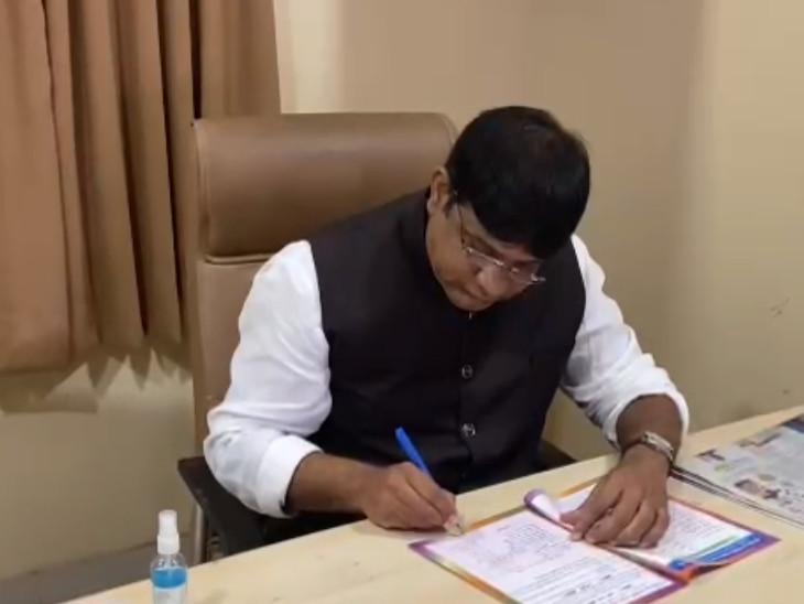 સુરતની સુમુલ ડેરીના ડિરેક્ટરે નાણામંત્રીને લખ્યો પત્ર, આઈસ્ક્રિમ અને ઘી પર લાગતા GSTમાં ઘટાડો કરવાની રજૂઆત કરી|સુરત,Surat - Divya Bhaskar