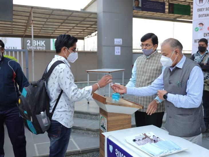 ગુજરાત ભાજપના પ્રદેશ ઉપાધ્યક્ષ અને પૂર્વ ગૃહમંત્રી ઝડફિયાએ વિદ્યાર્થીઓને આવકાર્યા હતા.