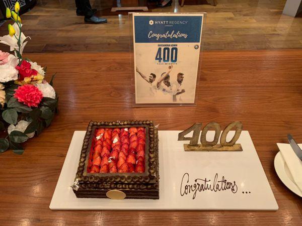 સેલિબ્રેશન માટે 400ના ટેગ વાળી કેક તૈયાર કરવામાં આવી હતી