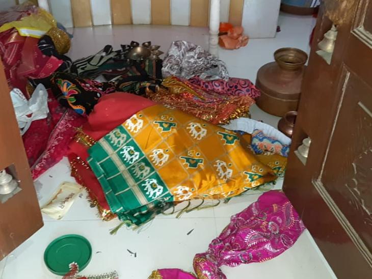 માંડણ કુંડલાના મંદિરમાં તસ્કરોનો તરખાટ, દાગીના અને રોકડની ચોરી ગોંડલ,Gondal - Divya Bhaskar