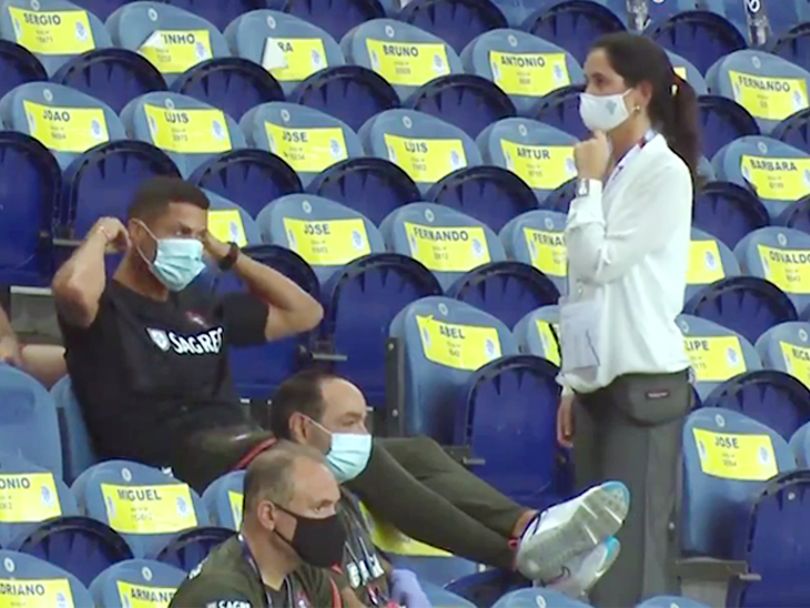 રોનાલ્ડોની વિનમ્રતાનો જૂનો વીડિયો વાઇરલ, યુઝર્સે કહ્યું, આપણાં નેતા અને મોટા લોકો રોનાલ્ડો પાસેથી શીખે|સ્પોર્ટ્સ,Sports - Divya Bhaskar