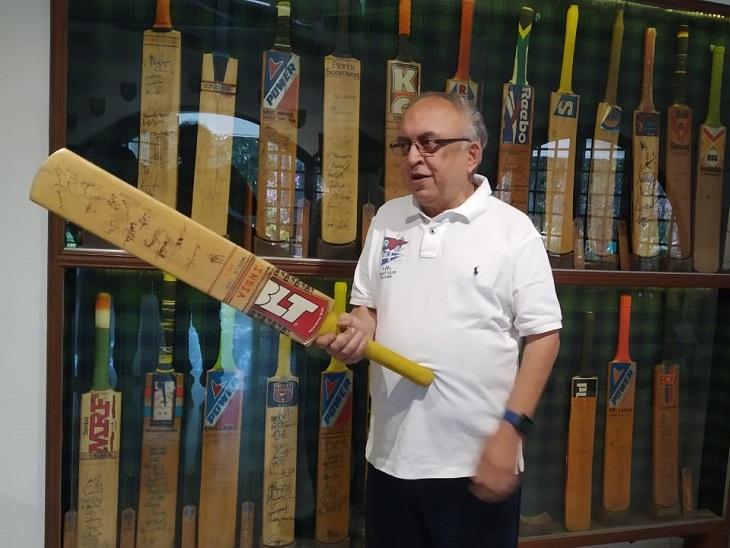 દિવ્ય ભાસ્કર સાથે જૂની વાતો શેર કરતા મૃગેશભાઈ. તેમના ઘરે ક્રિકેટરોના સિગ્નેચર કરેલાં ક્રિકેટ-બેટનું મોટું કલેક્શન છે.