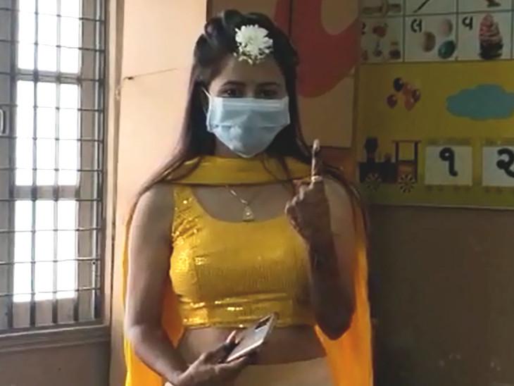 વડોદરાના પાદરામાં લગ્નની પીઠી ચોળવાની વિધિ પહેલા યુવતીએ પરિવાર સાથે મતદાન કર્યું, નાગરિકોને અચૂક મતદાન કરવાની અપીલ કરી|વડોદરા,Vadodara - Divya Bhaskar