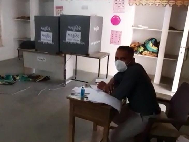 પંચમહાલ અને છોટાઉદેપુરના 3 મતદાન મથકો જ્યાં એકપણ મત પડ્યો નહીં, ક્યાંક 25 વર્ષથી વિકાસ ન થતાં તો, ક્યાંક MLAએ વચન પૂર્ણ ન કરતા ચૂંટણીનો બહિષ્કાર|વડોદરા,Vadodara - Divya Bhaskar