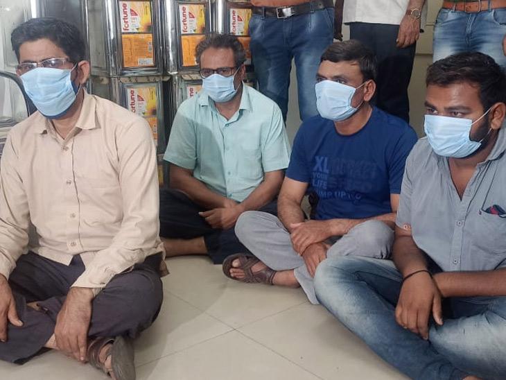 નકલી તેલનું વેચાણ કરતા વેપારી સહિત ચાર લોકોની ધરપકડ અમદાવાદ,Ahmedabad - Divya Bhaskar