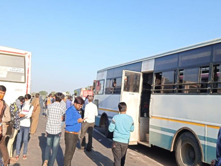 સરધારના હલેન્ડા ગામે ST બસ સ્ટોપ ન કરતા વિદ્યાર્થીઓ રસ્તા પર ઉતરી આવ્યા, બસ રોકો આંદોલન કરતા ટ્રાફિકજામ|રાજકોટ,Rajkot - Divya Bhaskar