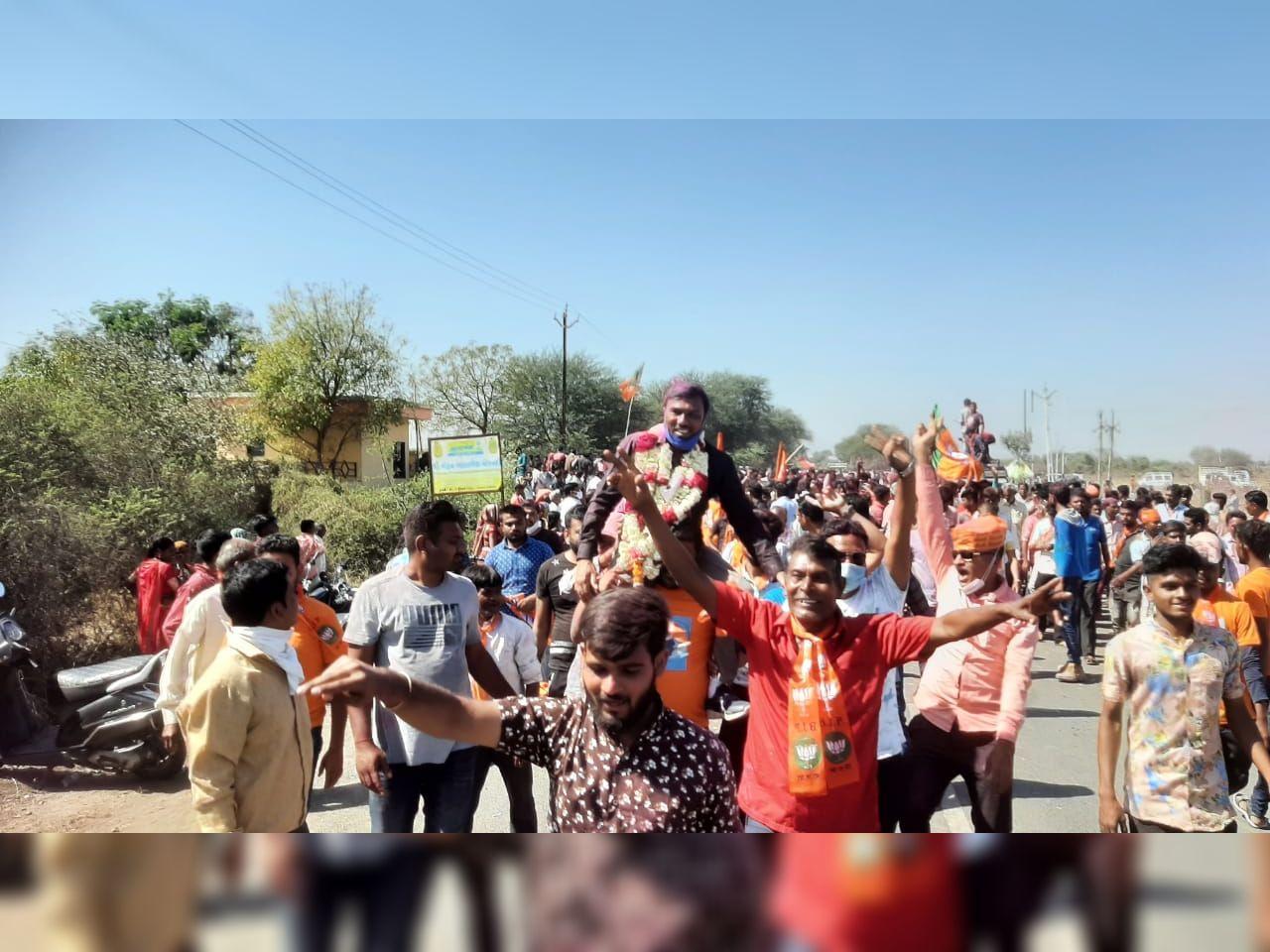 ભાજપ-કોંગ્રેસના ઉમેદવારોની જીત થતા ઉત્સાહનો માહોલ જોવા મળ્યો હતો - Divya Bhaskar