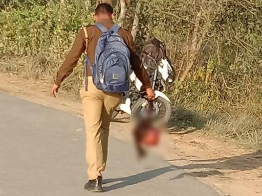 આ તસવીર હરદોઈની છે. પોલીસકર્મચારી મૃત છોકરીનું કાપેલુ માથું ઢાકીને લઈ જવાને બદલે વાળ પકડીને માથું લઈ ગયો હતો.