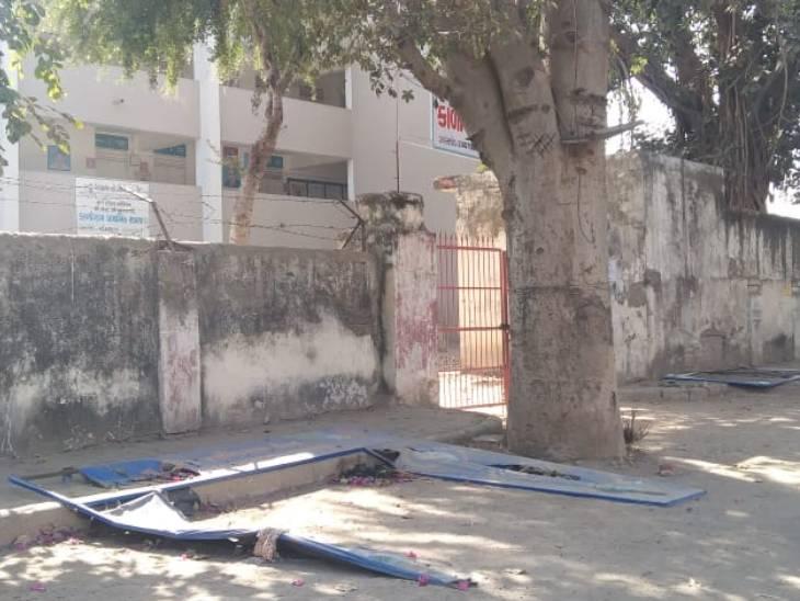 "AMC સંચાલિત સ્કૂલોમાં ""કોવિડ રસીકરણ કેન્દ્ર"" લખેલા લાખોના ખર્ચે બનાવેલા બોર્ડ ફાટેલી અને તૂટેલી હાલતમાં પડ્યા છે|અમદાવાદ,Ahmedabad - Divya Bhaskar"