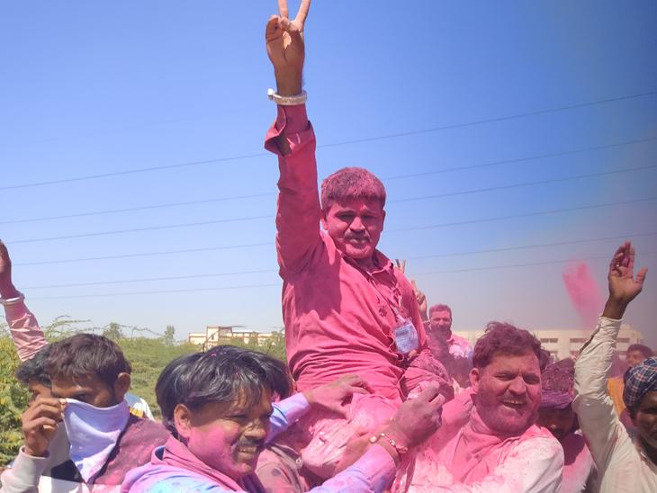 હારીજ તા.પં.ના વિજેતા ઉમેદવારોને ટેકેદારોએ ગલાલથી રંગબેરંગી કરી ઉત્સાહ મનાવ્યો. - Divya Bhaskar