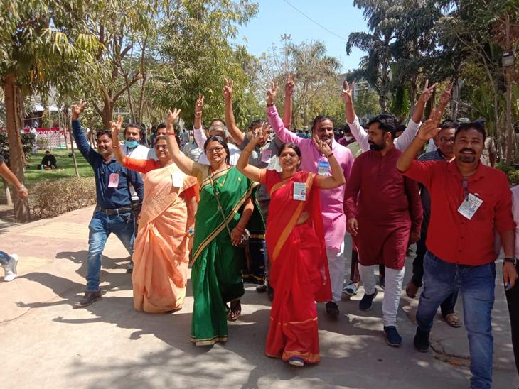 પાલનપુર નગરપાલિકા વોર્ડ નંબર 10માં ભાજપની પેનલ વિજય બનતા તમામ કાર્યકરોમાં ઉત્સાહમાં આવી ગયા હતા. - Divya Bhaskar