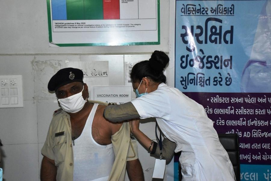 ગીર સોમનાથમાં સીનીયર 161 સીટીઝનોને કોવિશિલ્ડ વેકસીનનો પ્રથમ ડોઝ અપાયો|જુનાગઢ,Junagadh - Divya Bhaskar