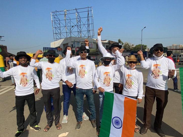 સ્ટેડિયમનું નામકરણ કરાતાં અમદાવાદનું ગ્રુપ નરેન્દ્ર મોદીનાં ટીશર્ટ પહેરીને ભારતીય ટીમને ચિયર કરવા માટે પહોંચ્યું. - Divya Bhaskar