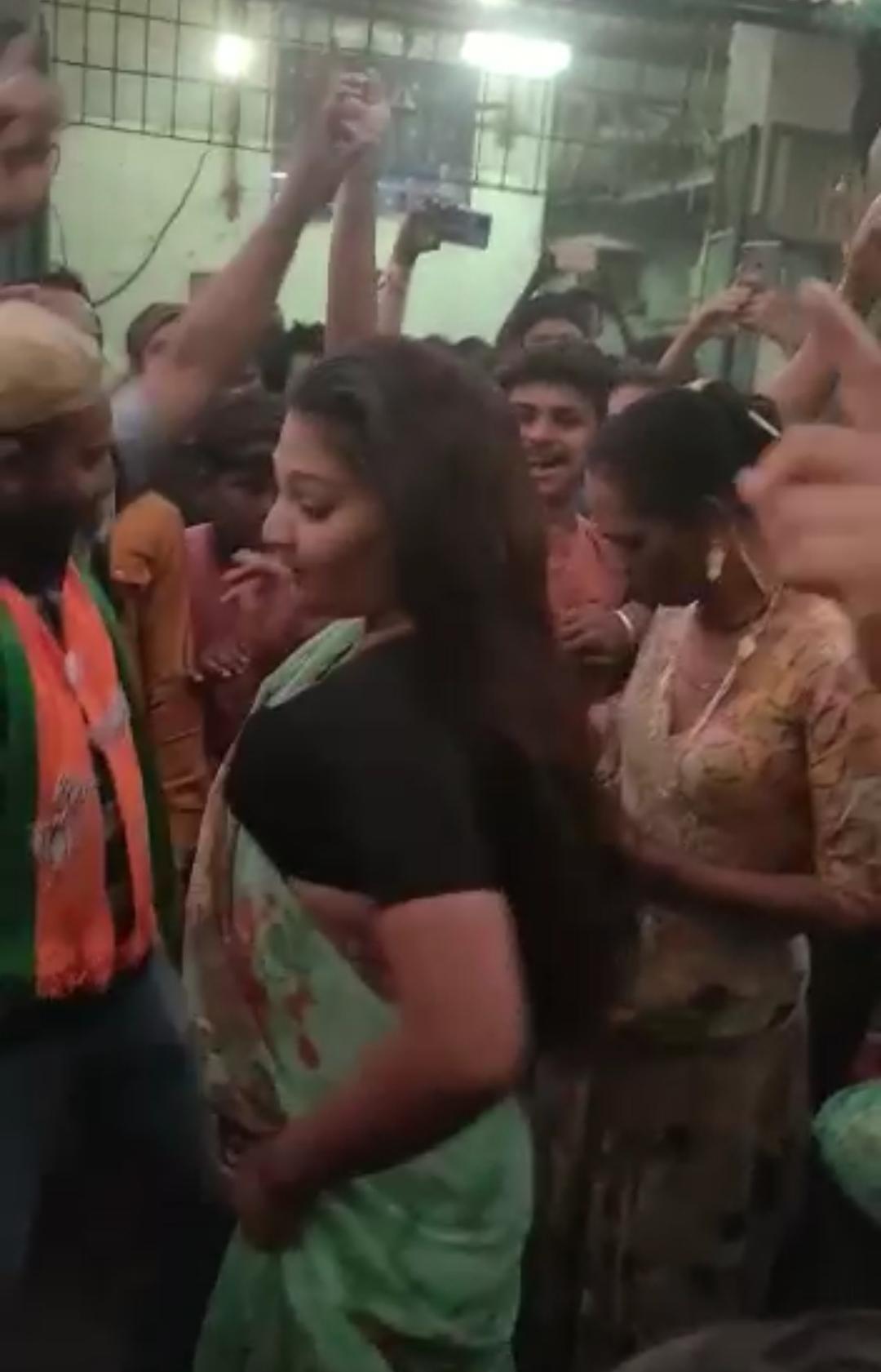સાવરકુંડલાના વોર્ડ નંબર 7માં આઝાદી પછી પ્રથમવાર ભાજપના ઉમેદવારની જીત થતા કાર્યકર્તાઓએ કિન્નરો સાથે ડાન્સ કરી ઉજવણી કરી, સોશિયલ ડીસ્ટંસ અને માસ્ક પહેરવાનું ભૂલ્યા અમરેલી,Amreli - Divya Bhaskar