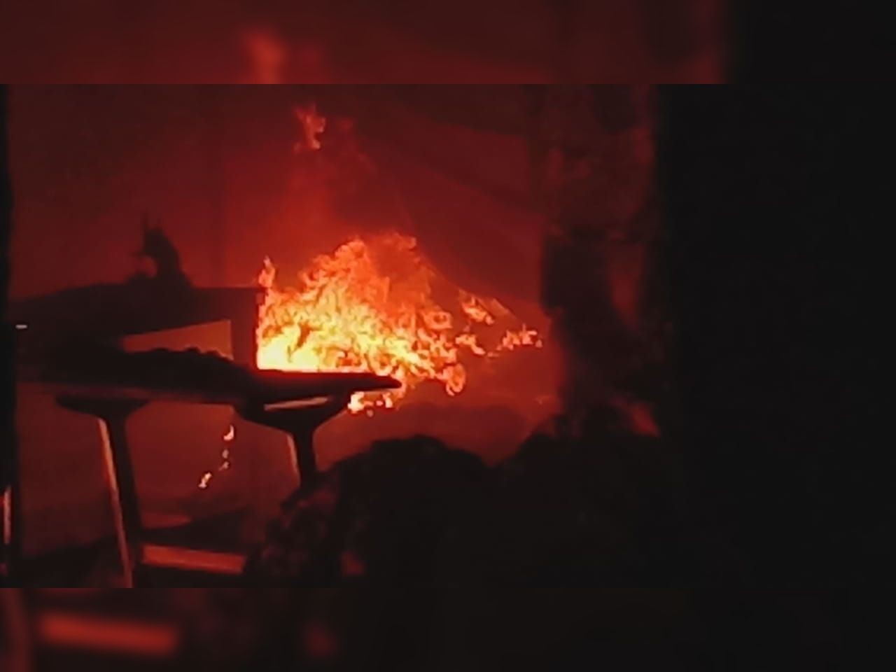 ગોંડલ-જામવાડી જીઆઇડીસીમાં બારદાનના ગોડાઉનમાં આગ લાગી, બે ફાયર ફાઈટરે દોડી જઇ પાણીનો મારો ચલાવ્યો|ગોંડલ,Gondal - Divya Bhaskar