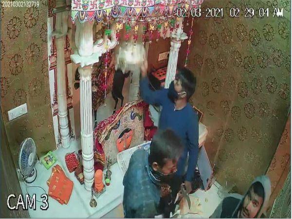 મંદિરમાં ચોરી કરતા તસ્કરો CCTVમાં કેદ.