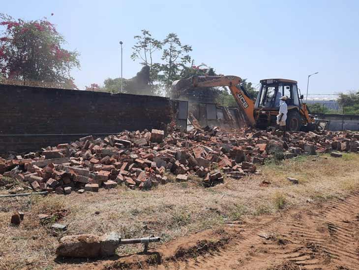 આસારામે આશ્રમના નામે મ્યુનિસિપલ કોર્પોરેશનના પ્લોટમાં કરેલા 67 દબાણો ખાલી કરાવી 50 કરોડની જમીન ખુલ્લી કરાઈ|અમદાવાદ,Ahmedabad - Divya Bhaskar
