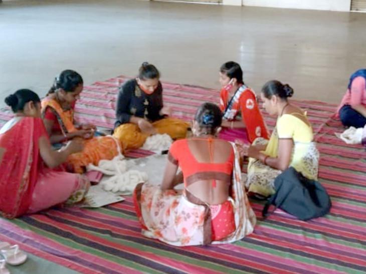 મહિલાઓને આત્મનિર્ભર બનવા ટ્રેનિંગ અપાઇ - Divya Bhaskar