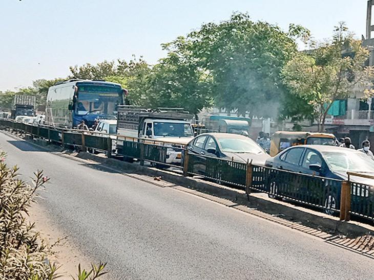 ઘોડાસર સર્કલ પર ઓવરબ્રિજ વિના હજારો વાહનોની અવર જવરને કારણે ટ્રાફિક વિકટ પ્રશ્ન બની ગયો છે|અમદાવાદ,Ahmedabad - Divya Bhaskar