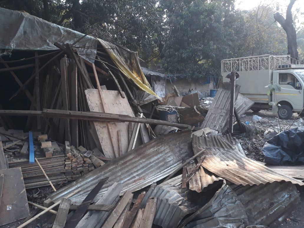 વાપીના લવાછા ગામની ગૌચરની જમીન કરાયેલા દબાણ પર બુલડોઝર ફેરવી દેવાયું|વલસાડ,Valsad - Divya Bhaskar