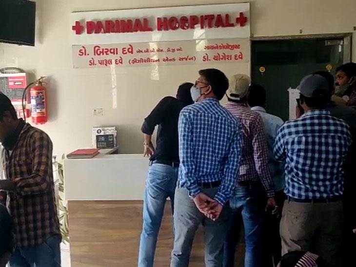ગેરકાયદે બાંધકામ ધરાવતી હોસ્પિટલને સીલ કરતું AMCનું એસ્ટેટ વિભાગ - Divya Bhaskar
