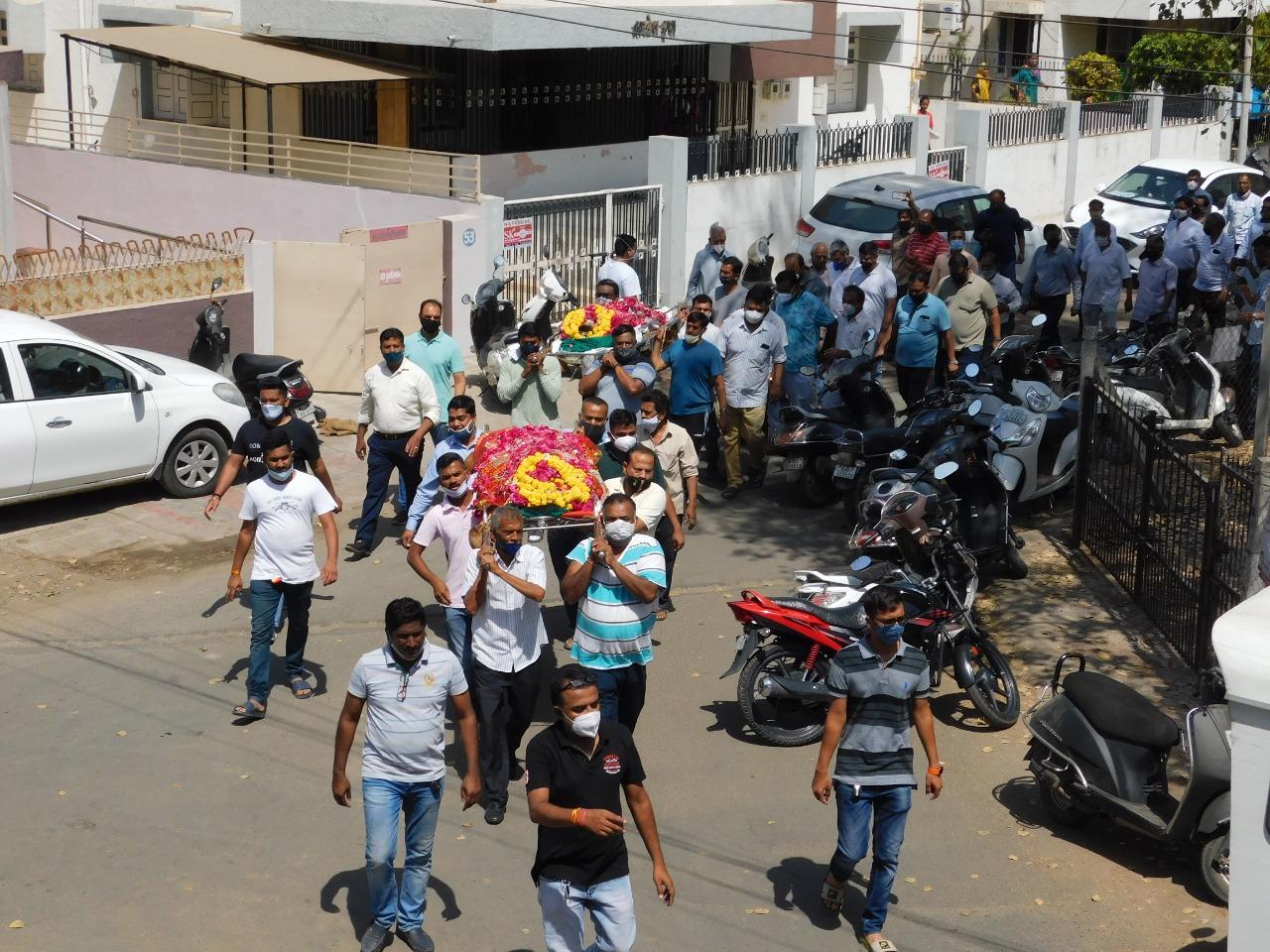 શુક્રવારે સવારે એક જ ઘરમાંથી બે અર્થી ઉઠતાં શહેરીજનોની આંખો ભરાઈ ઉઠી હતી. - Divya Bhaskar