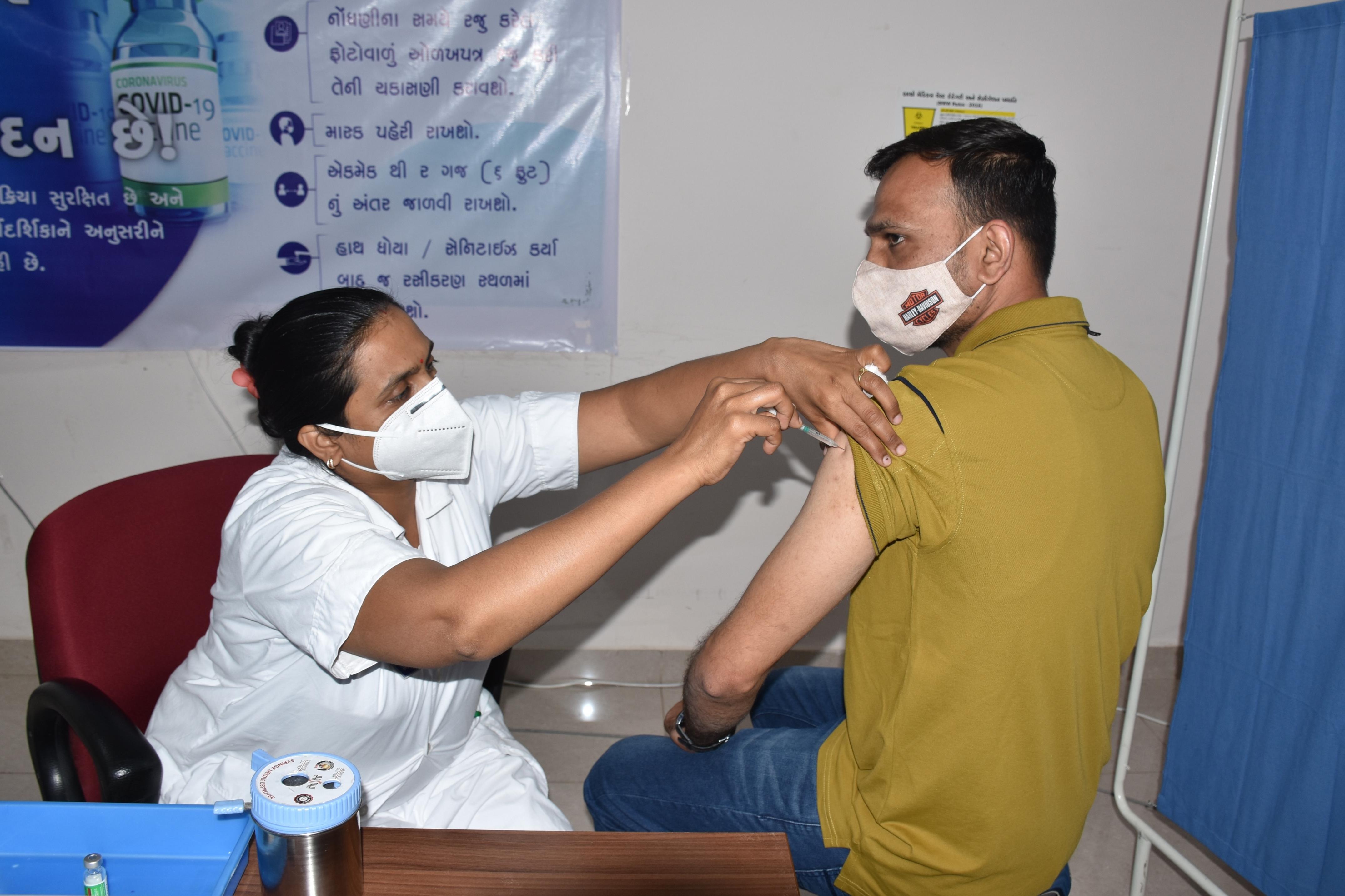 રાજકોટમાં વેક્સિનેશન બન્યું વેગવંતુ, આજે બપોરે 1 વાગ્યા સુધીમાં શહેરમાં 2864 નાગરિકોએ રસી લીધી|રાજકોટ,Rajkot - Divya Bhaskar